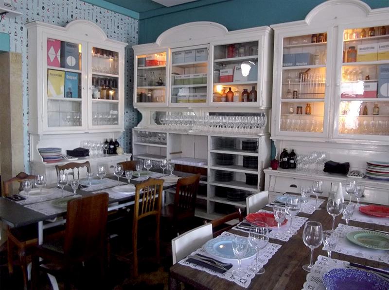 El restaurante Pharmacia está decorado como una botica antigua