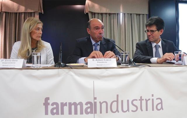 Rueda de prensa de Antonio Esteve, flanqueado por Elvira Sanz y Humberto Arnés, director general de Farmaindustria